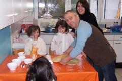 Eltern backen Plätzchen mit den Kindern im Advent